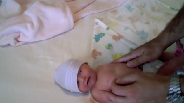 La bimba non smette di piangere. Guardate come riesce a calmarla il suo papà con due semplici gesti!