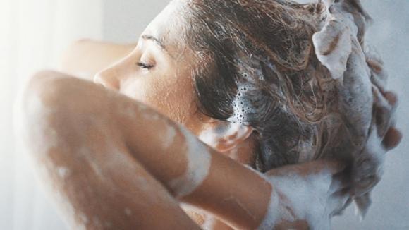 Il gommage: lo scrub che cambierà il modo di curare i vostri capelli