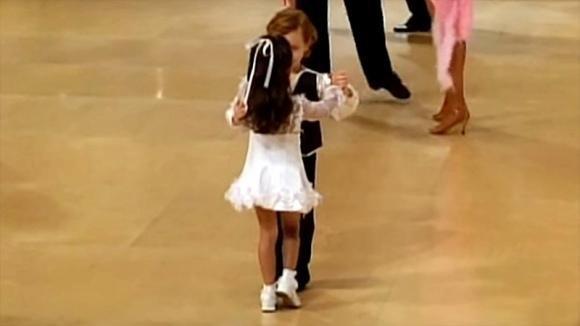 Tante coppie affollano la pista da ballo. Questi due bimbi, però, rubano la scena a tutti!