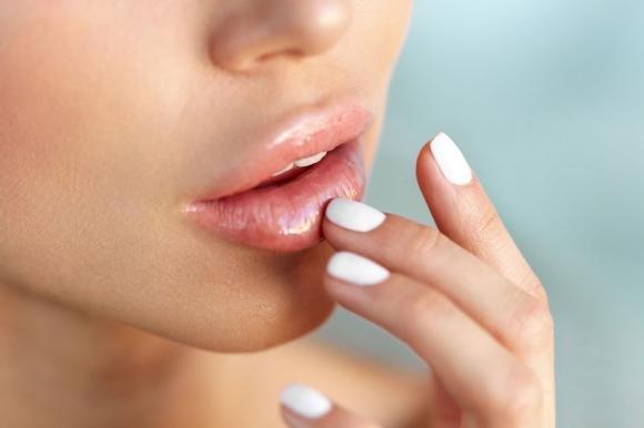 Labbra gonfie: cause, cure e rimedi naturali efficaci